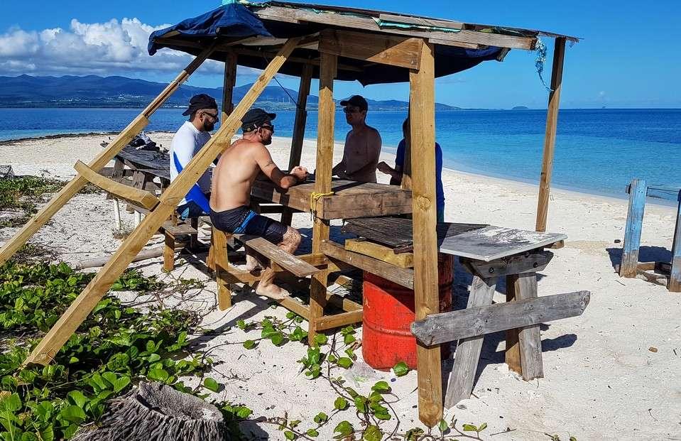 Détente sur un îlet du lagon de Guadeloupe entre amis