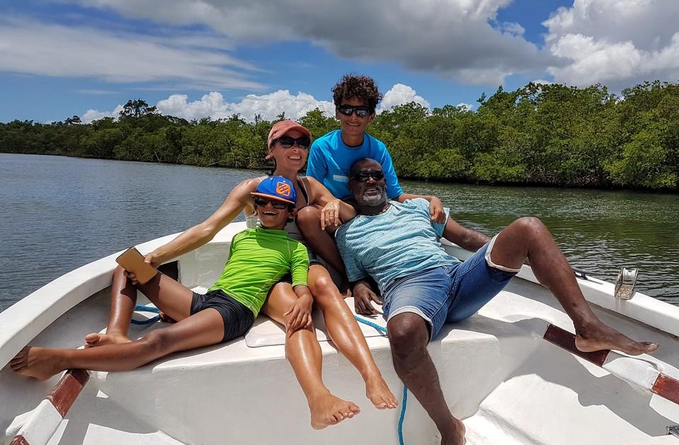Détente en famille au calme au milieu de la mangrove.