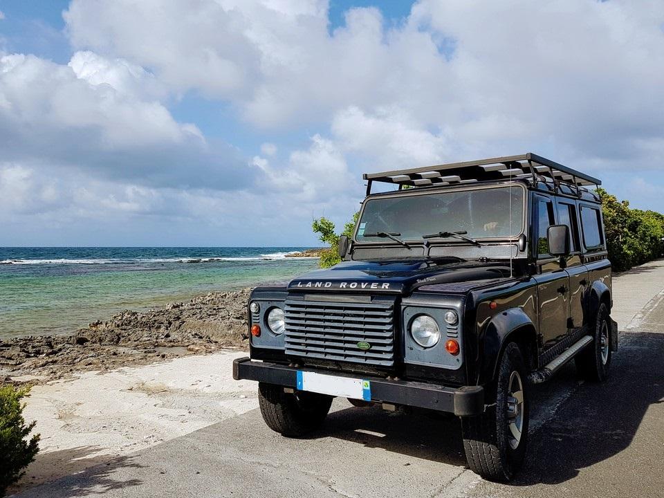 Le 4x4 est presque indispensable pour les petits sentiers de Guadeloupe et ses spots de pêche en eau douce.